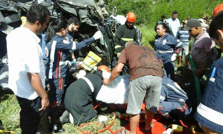 Condutor do veículo ficou preso às ferragens e bombeiros fizeram o resgate - Foto: Divulgação   Corpo de Bombeiros Militar da Bahia