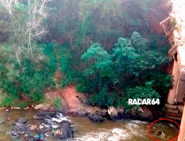 Carro ficou submerso no rio Frades, após acidente - Foto: Reprodução   Site Radar 64