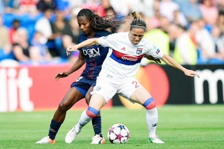 Formiga tenta tomar a bola da atleta do Lyon - Foto: Javier Soriano   AFP