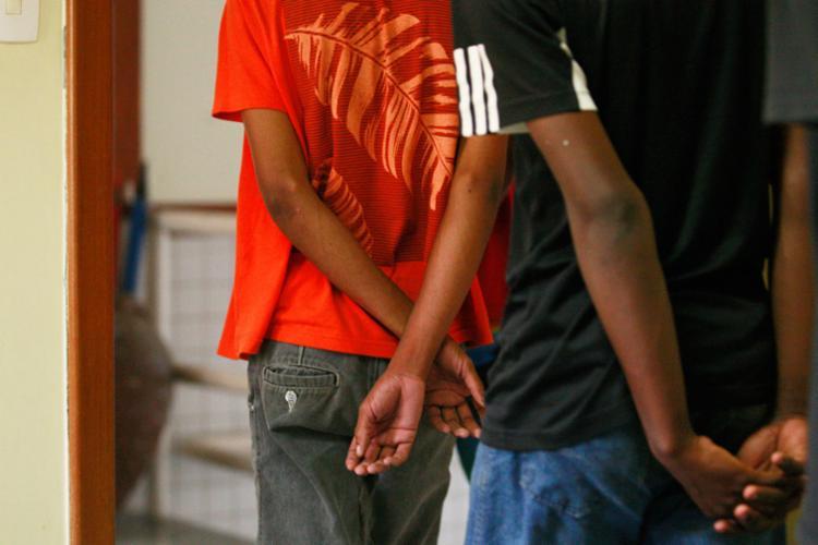 A quantidade de jovens apreendidos por traficar drogas cresceu - Foto: Raul Spinassé | Ag. A TARDE