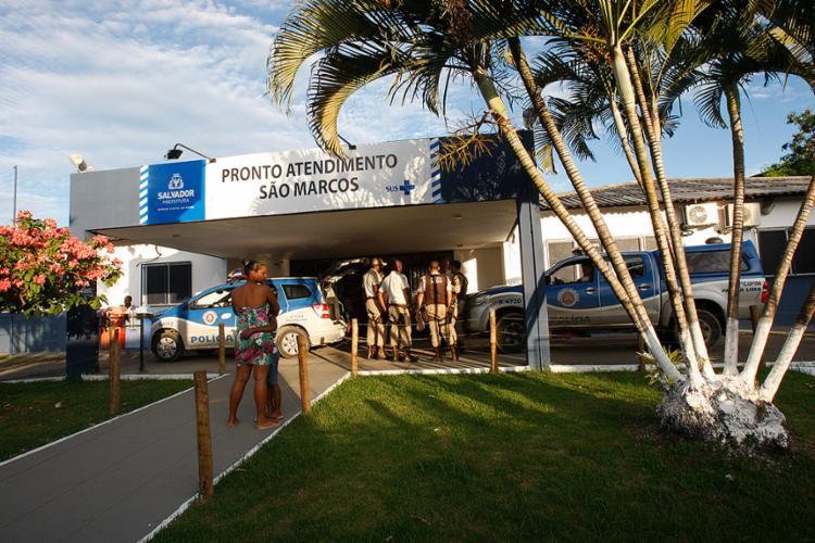 Policiais se reuniram em frente à unidade de saúde - Foto: Margarida Neide l Ag. A TARDE