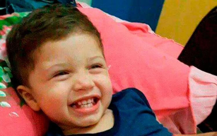 Criança morre atropelada pelo próprio pai durante manobra de ré