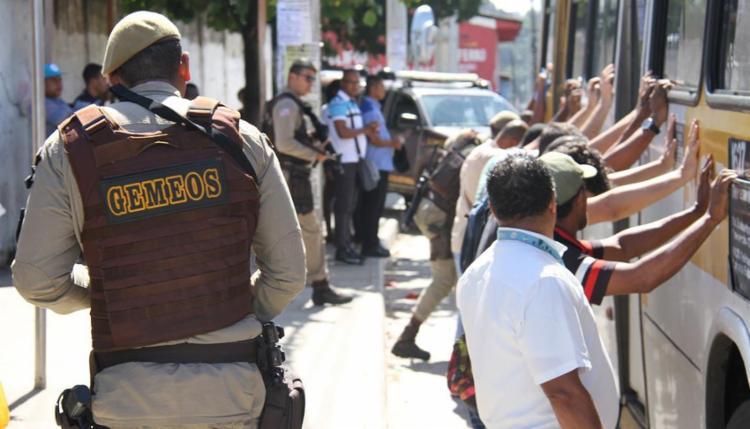 Passageiros em coletivos e em pontos de ônibus foram revistados - Foto: Alberto Maraux | SSP