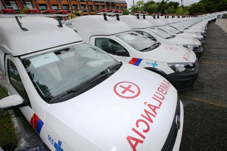 Novas ambulâncias entregues ontem no estacionamento da Governadoria (CAB) - Foto: Manu Dias l Gov-BA