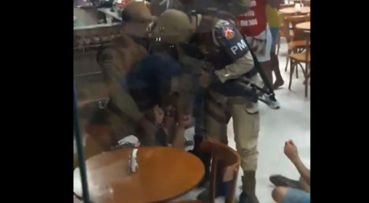 Eduarda disse que foi imobilizada com uma joelho na barriga após ser derrubada - Foto: Reprodução   Facebook