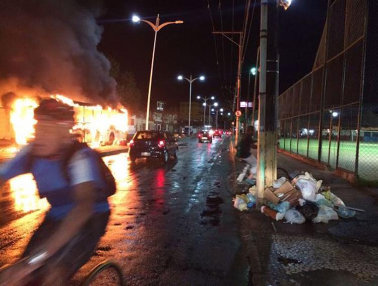 Veículos foram queimados perto do Campo do Lasca - Foto: Foto do leitor