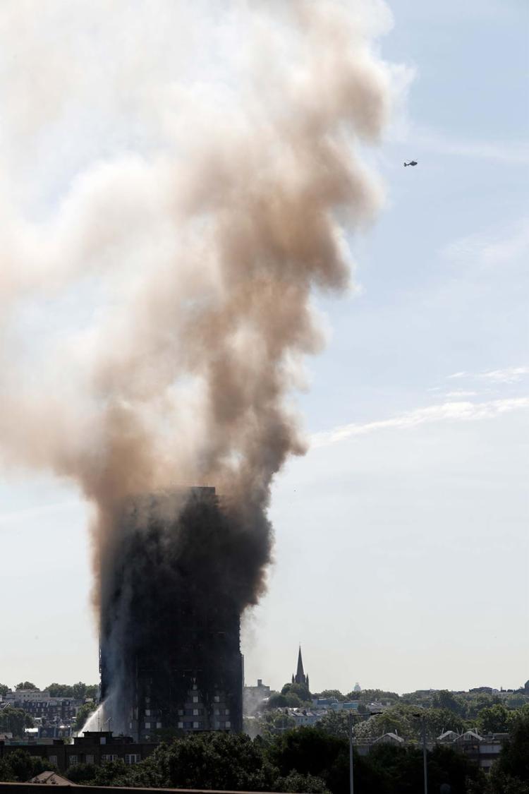 Bombeiros confirmam mortos e feridos durante incêndio de grande proporção - Foto: Adrian Dennis | AFP