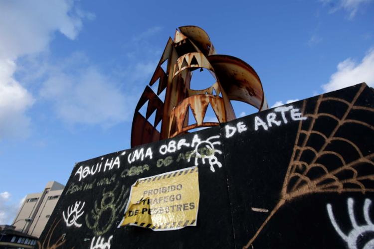 Oxidada, a obra representa risco para quem frequenta a praça - Foto: Adilton Venegeroles   Ag. A TARDE