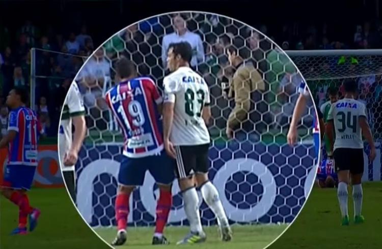 Kléber cuspiu primeiro no jogador tricolor Edson, segundo - Foto: Reprodução l YouTube