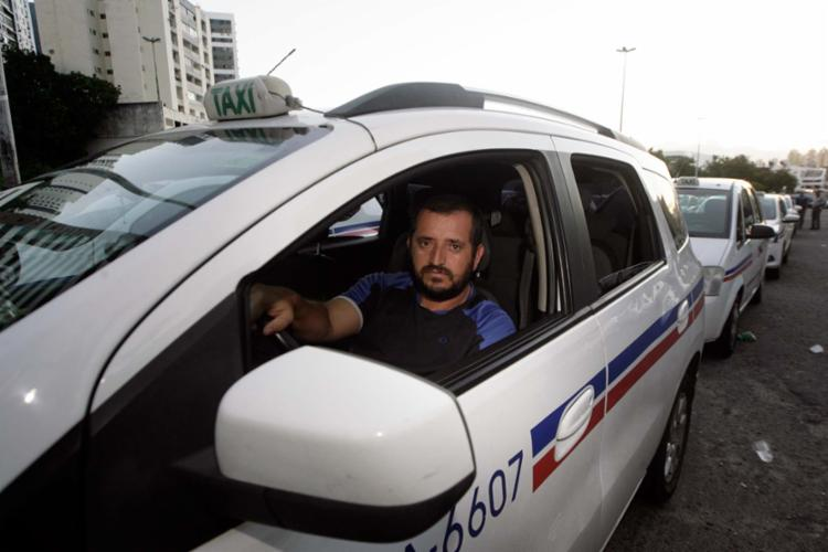 Taxista, Gilmar Bião, 42, conta que, após Uber, tem dificuldade de pagar R$ 400 do aluguel do alvará e do carro - Foto: Mila Cordeiro | Ag. A TARDE