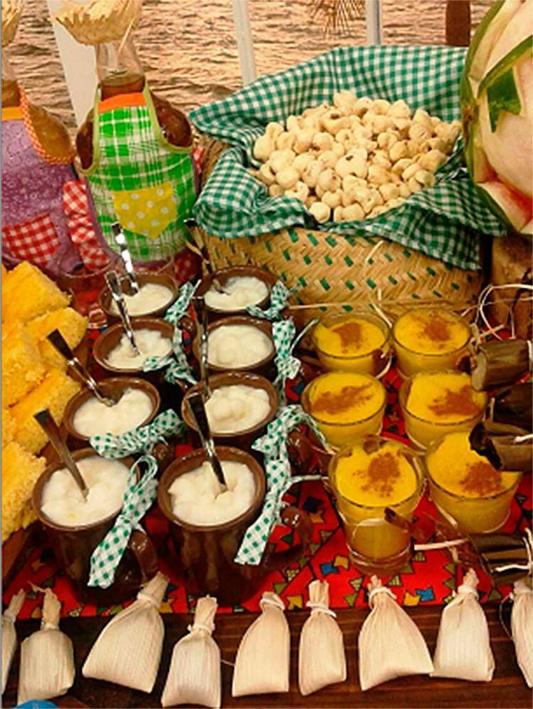 Enfeites e comidas típicas compõem juntos a decoração - Foto: Flávia Galdino | Galdino Eventos