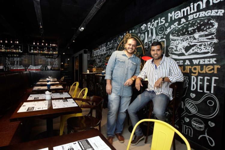 Raul Bittencourt e Alan Miranda usam as redes sociais para atrair clientes para a Bóris Burguer - Foto: Mila Cordeiro | Ag. A TARDE