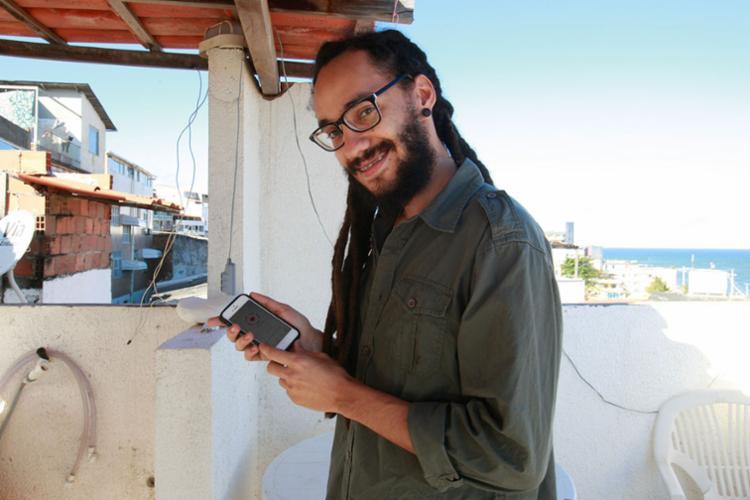 Louzado está usando o APP Duolingo para aprender inglês - Foto: Margarida Neide | Ag. A TARDE | 15.06.2017