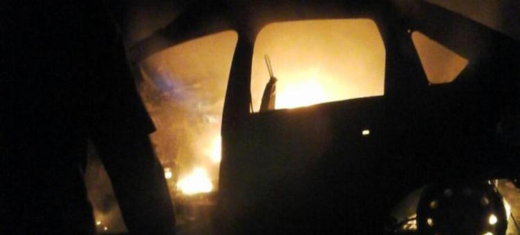 Um dos veículos pegou fogo durante a batida - Foto: Reprodução | Teixeira News