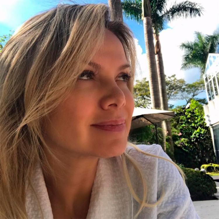A apresentadora toma banho de sol - Foto: Reprodução | Instagram