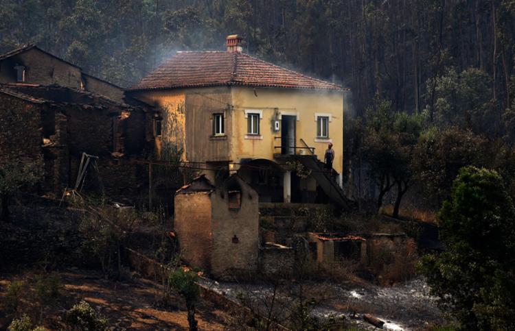Fogo se espalhou atingindo casas da região - Foto: Miguel Riopa   AFP