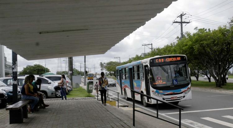 Ônibus de linha circular em parada próxima à Secretaria da Educação, no CAB - Foto: Luciano da Matta   Ag. A TARDE