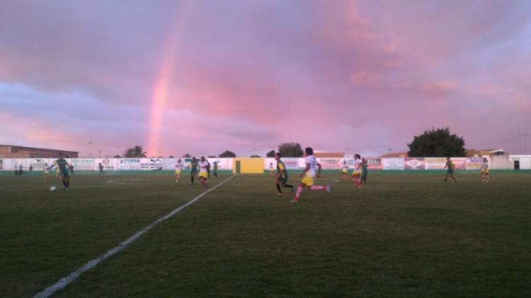 Equipe de João Dourado (branco e amarelo) foi vencedora da II Copa Regional de Futebol Feminino - Foto: Juliana Lisboa / Ag. A Tarde