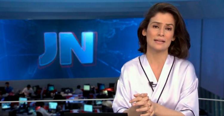 Renata Vasconcellos apareceu vestida numa espécie de roupão no JN - Foto: Reprodução | TV Globo