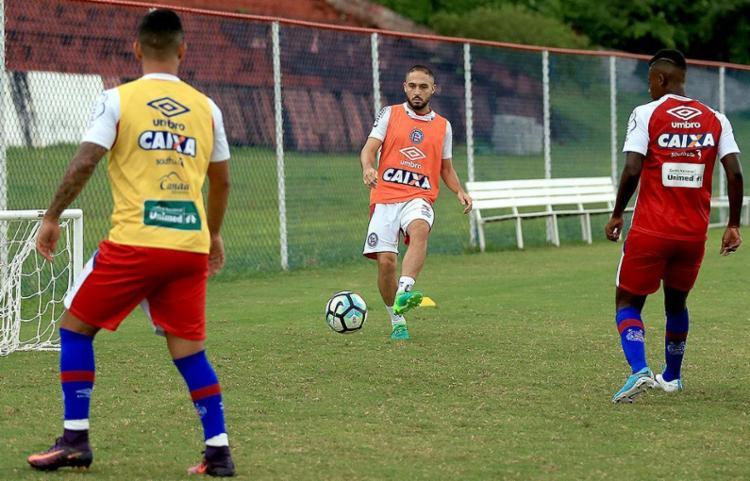 O meia (C) participa normalmente de treino com reservas, mas, segundo médico, retorno depende de evolução - Foto: Felipe Oliveira l EC Bahia