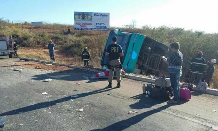 Ônibus que saiu de São Paulo para o interior baiano tombou na rodovia, em território mineiro, perto da divisa - Foto: Divulgação l PRF