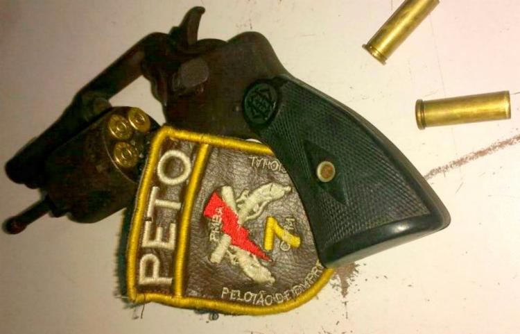 Um revólver calibre 38 foi apreendido na posso do assaltante morto - Foto: Reprodução | Radar 64