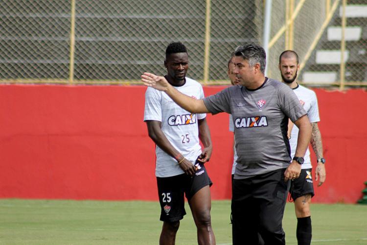 Alexandre Gallo orienta seus atletas durante treinamento na Toca - Foto: Maurícia da Matta l EC Vitória