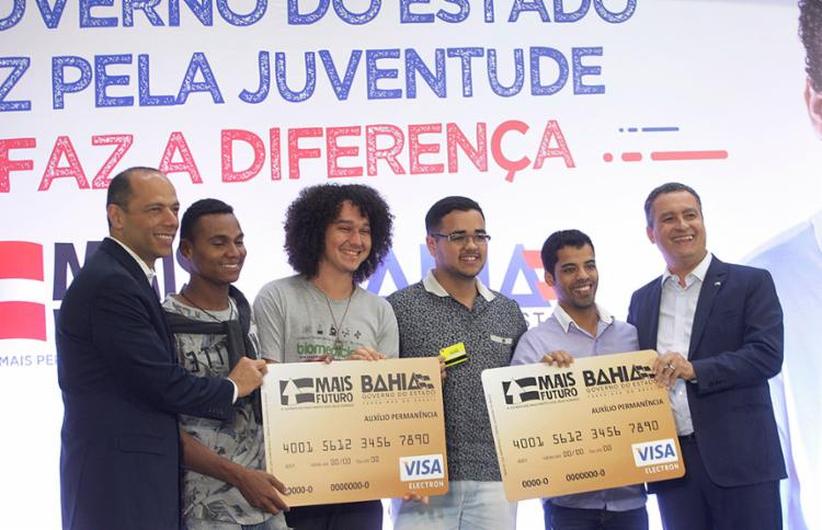 Jovens receberam cartões com valores disponibilizados de acordo com a distância de casa até a universidade - Foto: Luciano da Matta l Ag. A TARDE