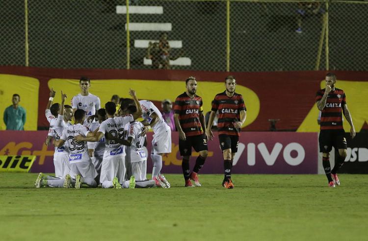 Jogadores do Santos comemoram gol de Copete em cima de falha de Fred (D) - Foto: Adilton Venegeroles l Ag. A TARDE
