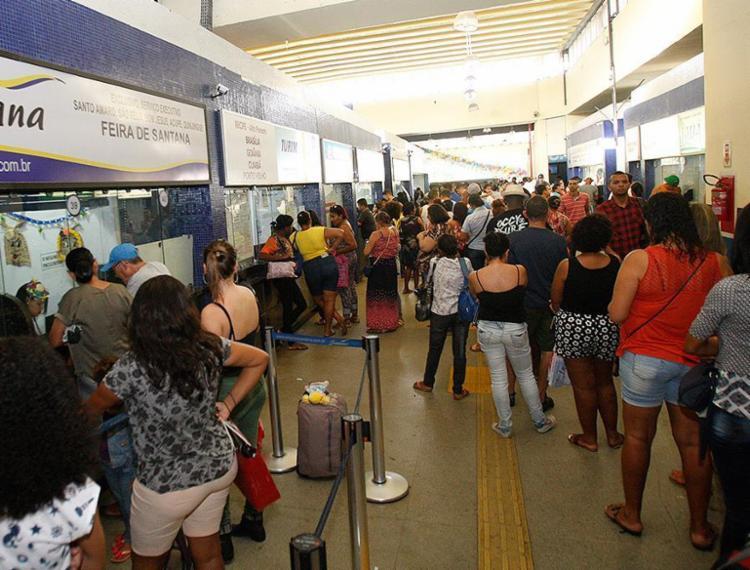 Guichês das principais empresas tiveram filas extensas - Foto: Margarida Neide l Ag. A TARDE