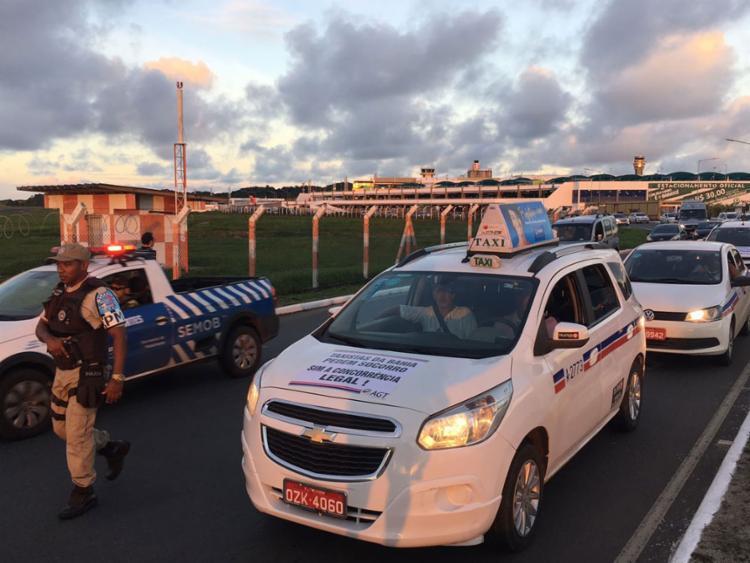 Taxistas saíram do Parque de Exposição em direção ao aeroporto - Foto: Mila Cordeiro | Ag. A TARDE