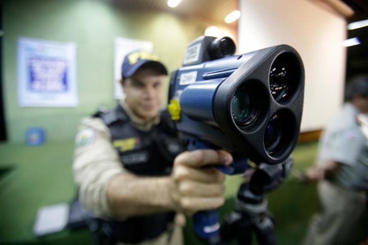 Radares móveis serão utilizados por policiais rodoviários espalhados pelas principais estradas do estado - Foto: Raul Spinassé | Ag. A TARDE