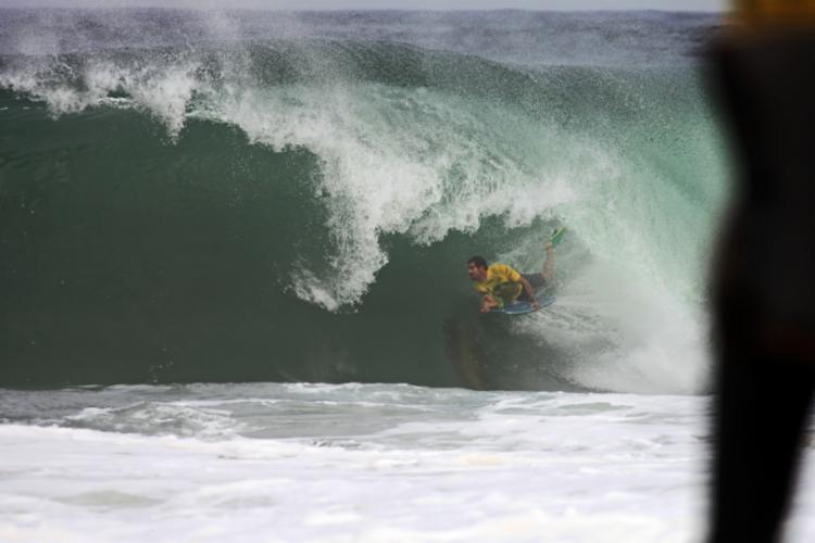 Uri Valadão arrancou o primeiro dez do evento em sua estreia, ao surfar um tubo em Niterói - Foto: Tony D´Andrea | Itacoatiara Pro