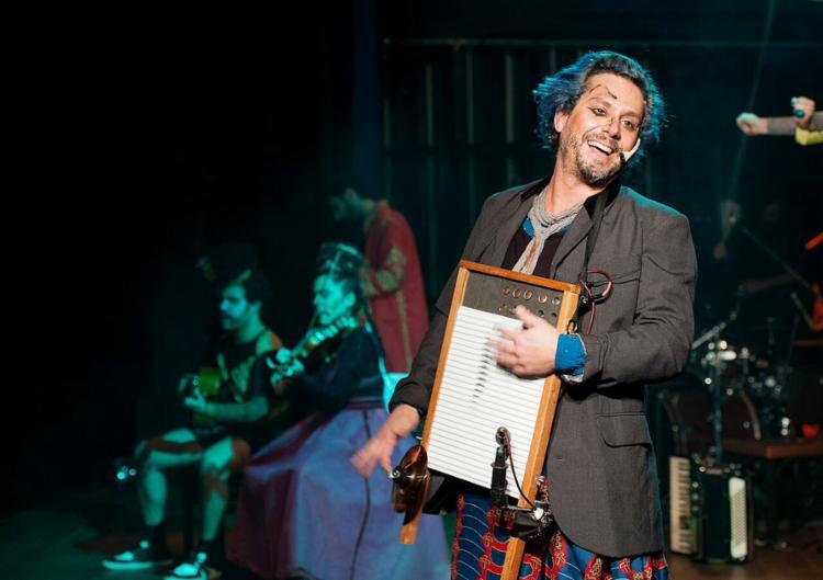 Alexandre Nero divide o palco com sete interpretes - Foto: Priscila Prade l Divulgação