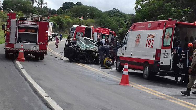 Acidente ocorrido em abril deste ano em Sapeaçu: rotina trágica nas estradas - Foto: Site Voz da Bahia l Fábio Santos l Divulgação l 26.4.2017