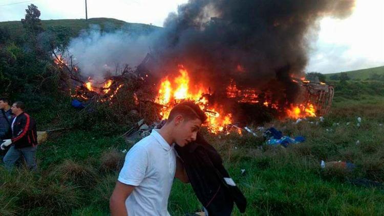 Após a batida, o ônibus pegou fogo; ainda não há o número exato de mortos - Foto: Reprodução   Internauta