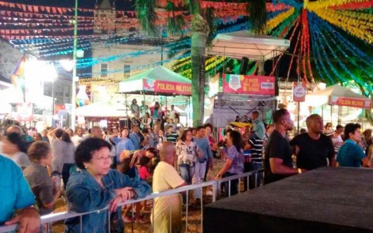 O público aguarda o show de Cicinho de Assis, que começa às 19h - Foto: Francisco Artur | Ag. A TARDE