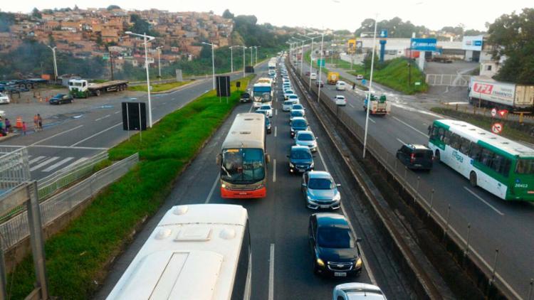 Motorista deve ficar atento por conta do movimento intenso nesta sexta - Foto: Raul Spinassé | Ag. A TARDE