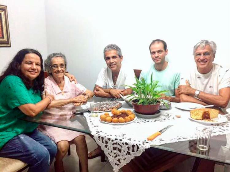 Clara Maria (de vestido) ao lado do filho Jota Velloso e do irmão Caetano Veloso - Foto: Reprodução