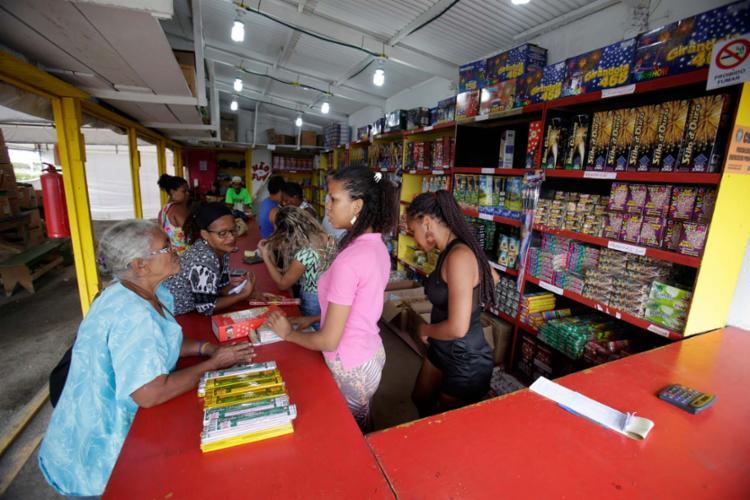 No dia de São João, clientes aproveitam o sábado para reabastecer o estoque - Foto: Raul Spinassé | Ag. A TARDE