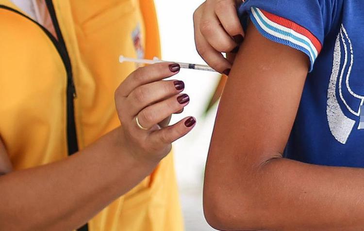 Antes, a vacinação do público masculino abrangia apenas garotos de 12 e 13 anos - Foto: Raul Spinassé l Ag. A TARDE l 8.3.2017