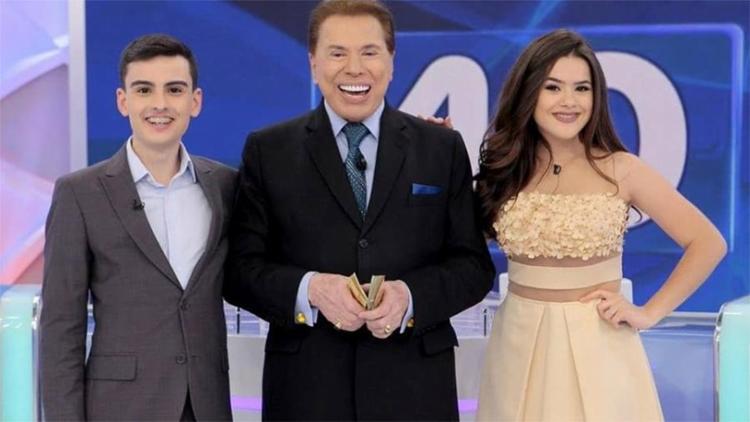 Dudu Camargo, Silvio Santos e Maisa Silva nos bastidores do programa - Foto: Reprodução l SBT