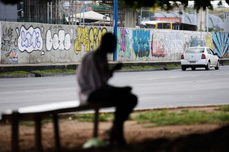 No metrô, próximo ao Iguatemi, pichação e grafite se misturam - Foto: Raul Spinassé | Ag. A TARDE