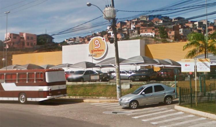 O adolescente passava pelo local no momento que foi atingido pelo disparo - Foto: Reprodução   Google Maps
