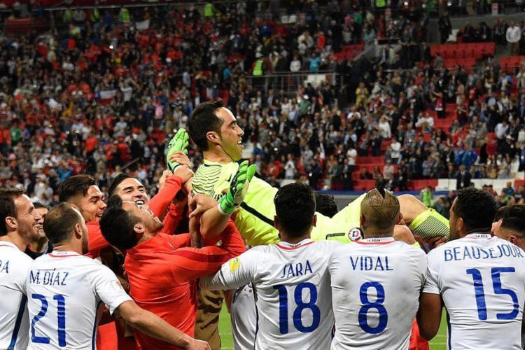 Após o milagre de Bravo, o goleiro foi atirado para o ar pelos companheiros e aplaudido pela torcida - Foto: Alexander Nemenov l AFP