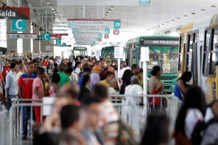 A partir de sábado, os passageiros não vão precisar pagar o valor de uma tarifa para entrar na estação - Foto: Raul Spinassé   Ag. A TARDE