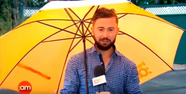 O repórter estava ao vivo no momento do incidente - Foto: Reprodução | YouTube