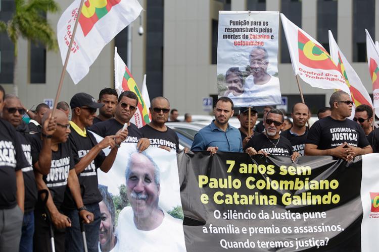 Família e amigos do casal protestaram em frente ao TJ - Foto: Raul Spinassé l Ag. A TARDE