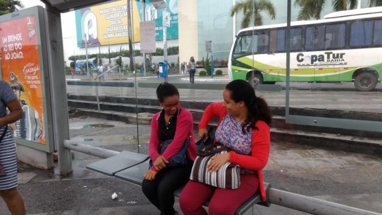 Aléssia Souza e Elisângela Santos gravaram o protesto e mandaram para o trabalho - Foto: Aurélio Lima | Ag. A TARDE