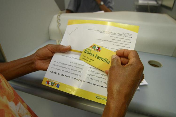 A média do Bolsa Família é de R$ 182 por família - Foto: Carlos Casaes l Ag. A TARDE 23.10.2004